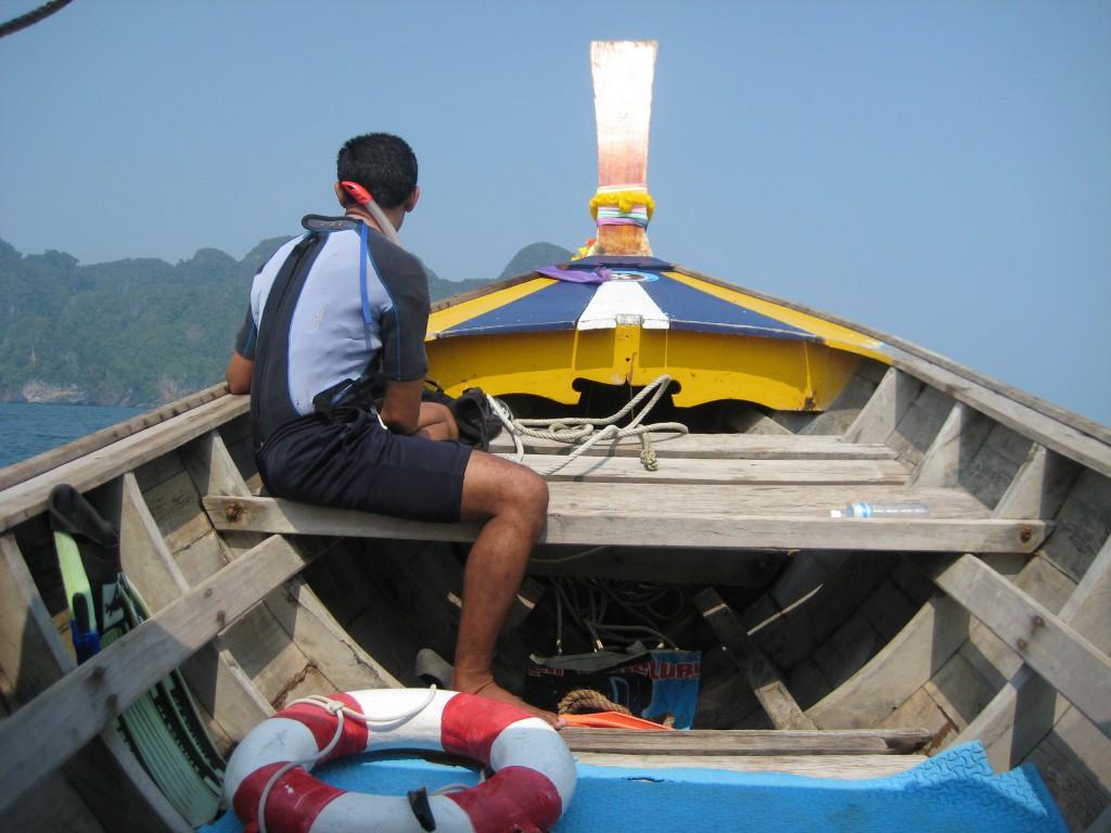 Longtailbåd på vej til Morakot grotten