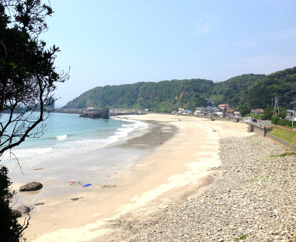 Toji strand med kig til den lille strandby