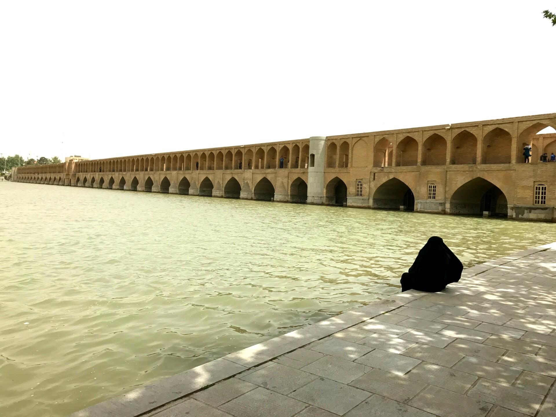 Se Esfahans flotte broer langs floden Zayandeh