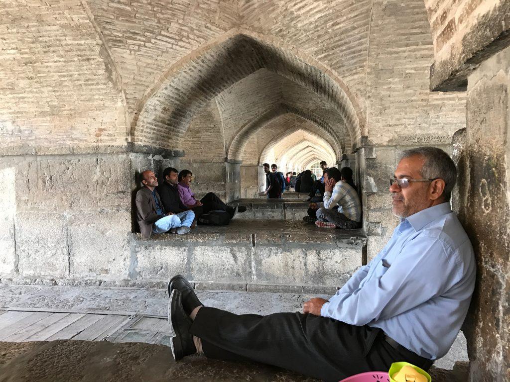 De syngende mænd under Khaju broen