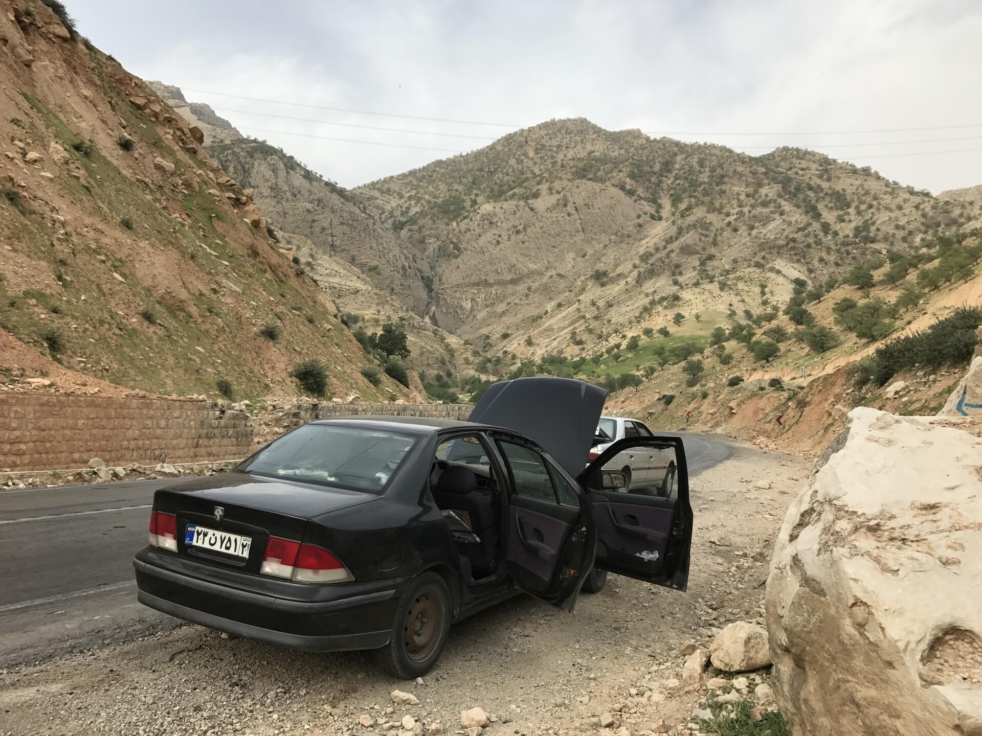 Hvad sker der, når ens bil bryder sammen i ingenmandsland i Iran