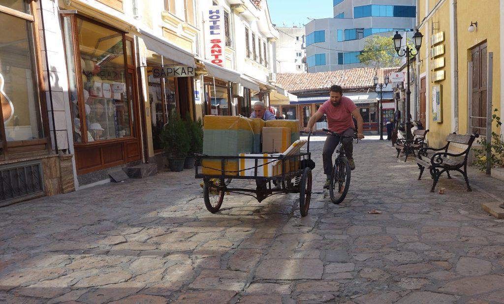 Den yngre mand på cykel hjælper den gamle mand